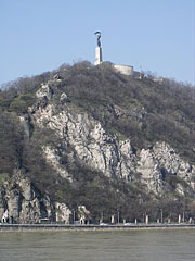 Rock of Gellért Hill with the Liberty Statue and the Citadella fortress on the top (viewed from Belgrád Quay) - Budapešť, Maďarsko