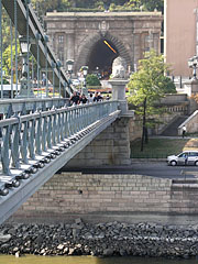 The lower embankment in Buda and the Buda Castle Tunnel, viewed from the Chain Bridge - Budapešť, Maďarsko