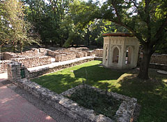 """The ruins of the mediaeval St. Margaret's Dominican monastery and church, the so-called """"middle garden"""" part of the former building complex - Budapešť, Maďarsko"""