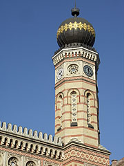 One of the octagonal 43-meter-high towers of the Dohány Street Synagogue - Budapešť, Maďarsko