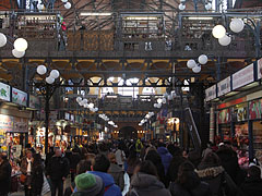 Mass of customers and onlookers in the Great (Central) Market Hall - Budapešť, Maďarsko