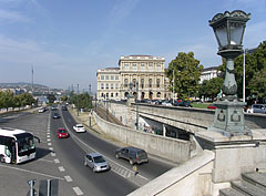 "The eastern lower embankments (""Pesti alsó rakpart"") and the headquarters of the Hungarian Academy of Science (MTA), from the Chain Bridge - Budapešť, Maďarsko"