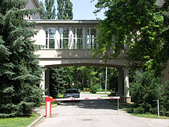 Skyway, covered bridge between the buildings of the College of International Management and Business - Budapešť, Maďarsko