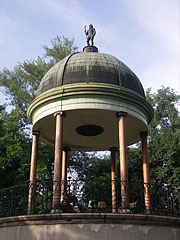 The Musical Fountain or Bodor Fountain with a bronze Neptune statue on the top of its dome - Budapeşte, Macaristan