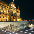 The entrance of the Visitor Center at the north side of the Hungarian Parliament Building - Budapeste, Hungria