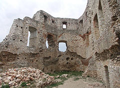 Inside the pentagonal gothic residental tower (or Keep) of the Upper Castle (the Upper Castle was first built in the 13rd-14th century) - Csesznek, Ungheria