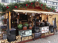 Christmas fair at the Saint Stephen's Basilica, mulled wine vending booth - Budapest, Hongrie