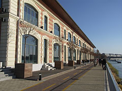 The former No. I warehouse directly on the Danube bank, today after a reconstruction it is integral part of the modern Bálna building - Budapest, Hongrie