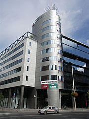 """The modern all-glass """"R70"""" office building and business center - Budapest, Hongrie"""