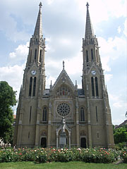 The towers of the St. Elizabeth Church are 76 meters high - Budapest, Hongrie