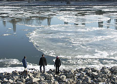 Bigger and bigger ice floes floating down the river  - Budapest, Hongrie