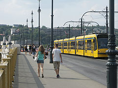 Passers-by and a yellow tram on the Margaret Bridge (looking to the direction of Buda) - Будапешт, Венгрия