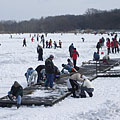 Ice skaters on the frozen Naplás Lake - Будапешт, Венгрия