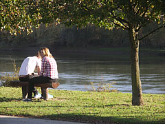 Young people on the river bank - Barcs, Ungarn