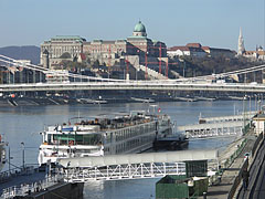 The Buda Castle and Royal Palace, as well as the Danube and the Elisabeth Bridge, viewed from the Fővám Square - Budapest, Ungarn