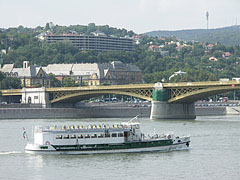 """The Buda-side end of the Margaret Bridge (""""Margit híd""""), and the """"BOSS"""" sightseeing boat in front of it - Budapest, Ungarn"""