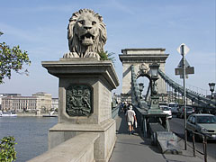 """The north western stone lion sculpture of the Széchenyi Chain Bridge (""""Lánchíd"""") on the Buda side of the river - Budapest, Ungarn"""