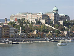 """The stateful Royal Palace in the Buda Castle, as well as the Royal Garden Pavilion (""""Várkert-bazár"""") and its surroundings on the riverbank, as seen from the Elisabeth Bridge - Budapest, Ungarn"""