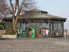 """The """"all-glass"""" upper station building of the Budapest Castle Hill Funicular (""""Budavári Sikló"""") in the Buda Castle - Budapest, Ungarn"""