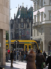 Tram stop in the boulevard, and in the distance the Art Nouveau style palace is the Museum of Applied Arts - Budapest, Ungarn