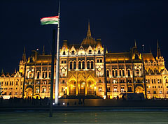 "The illuminated Country Flag and the Hungarian Parliament Building (in Hungarian ""Országház"") - Budapest, Ungarn"