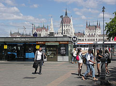 """Metro station in Batthyány Suare (""""Batthyány tér"""") with the Hungarian Parliament Building in the background - Budapest, Ungarn"""