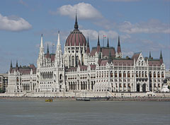 """The Hungarian Parliament Building (the Hungarian word """"Országház"""" means: """"House of the Nation"""") and River Danube - Budapest, Ungarn"""