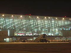 """The """"Sky Court"""" waiting hall building, viewed from outside, from the beside the airplanes - Budapest, Ungarn"""