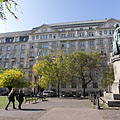 """Statue of Archduke Joseph, Palatine of Hungary (""""Habsburg József nádor""""), who the square is named after, as well as the palace of the Ministry of Finance - Budapest, Ungarn"""
