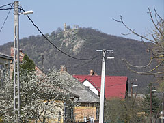 The castle ruins on the hill above the village - Csővár, Ungarn