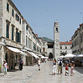 The main street (Stradun) with the Ploče Gate and the bell tower (or belfry) - Dubrovnik, Kroatien