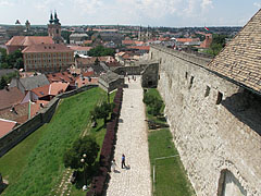 The view from the walls of the Gergely Bastion to the east, towards the gate of the inner castle (the Varkoch Gate) and the main square - Eger (Erlau), Ungarn