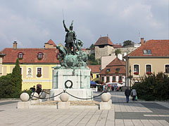 Statue of István Dobó commander of the Eger Castle in the main square, and the castle in the background - Eger (Erlau), Ungarn