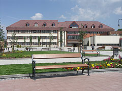 The Town Hall and a park in front of it - Gödöllő (Getterle), Ungarn