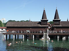 One of the bath houses of Lake Hévíz (Hévízi-tó), with a hotel in the background - Hévíz, Ungarn