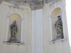 Statues of St. Ladislaus and St. Paul on the church - Jászberény, Ungarn