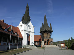 """Village Community Center (""""Faluház""""), the two different style building sections and towers, Swabian and Székely one - Kakasd (Kockrsch), Ungarn"""