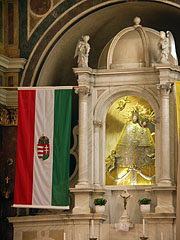 Statue of Virgin Mary on the neo-baroque main altar - Máriagyűd, Ungarn