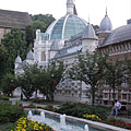 Park in the Erzsébet Square, as well as the showy modern all-glass dome of the Erzsébet Bath - Miskolc, Ungarn