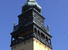 The Transylvanian style spire and balcony on the steeple of the Reformed Church - Nagykőrös, Ungarn