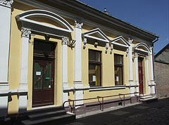 Renovated facade of a former manor house (dwelling house of a lower nobility member) - Nagykőrös, Ungarn