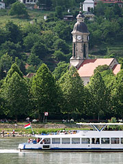 Riverboat on the Danube, and the riverbanks at Nagymaros and the Roman Catholic church (in the background) - Nagymaros (Freistadt), Ungarn