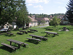 Picnic area, wooden tables and benches near the parking lot ath the foot of the castle hill - Nógrád (Neuburg), Ungarn