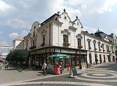 Ice cream parlor on the pedestrian street, in front of the Dominican House (currently cultural and shopping center) - Pécs (Fünfkirchen), Ungarn
