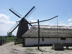 A shadoof or draw well and a sheepcote on the farmstead from Nagykunság, as well as the windmill from Dusnok - Szentendre (Sankt Andrä), Ungarn