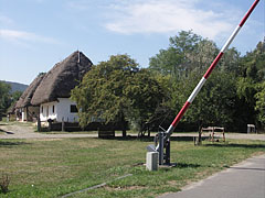 Barrier at the rail crossing and the farmyard from Kispalád - Szentendre (Sankt Andrä), Ungarn
