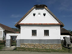 Pure white facade of the dwelling house from Perkupa - Szentendre (Sankt Andrä), Ungarn