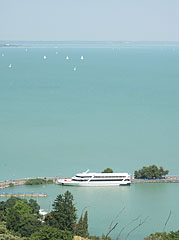 The harbour and the turquoise water of Lake Balaton, viewed from the lookout point near the abbey church - Tihany, Ungarn
