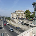 """The eastern lower embankments (""""Pesti alsó rakpart"""") and the headquarters of the Hungarian Academy of Science (MTA), from the Chain Bridge - Budapest, Ungarn"""