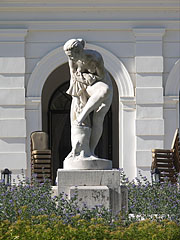 """Statue of a bathing woman in front of the """"Great Restaurant"""" (in Hungarian """"Nagyvendéglő"""", today Anna Grand Hotel) - Balatonfüred, Hongarije"""
